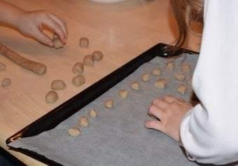Pebernødder skæres og trilles inden de lægges på bageplade