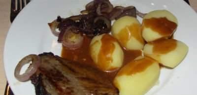 Lækkert mørt kød, kartofler og så skal der selvfølgelig rødvinssauce til