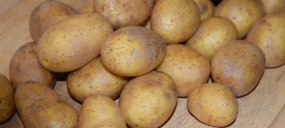 Kartofler med skræl, der skal skrælles