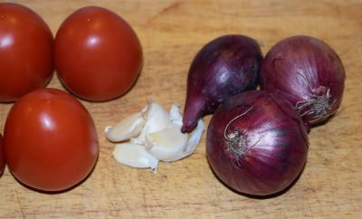Tomatsalat med rødløg, hvidløg og rød Cheddar ost