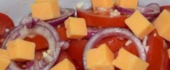 Tomatsalat med rødløg og ost