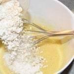 Bananpandekager - hæld mel og havregryn i og pisk igen